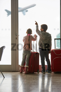 Kinder beobachten Flugzeug am Flughafen
