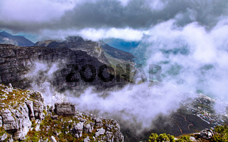 Dunkle Wolken, Blick hinab vomTafelberg, Kapstadt, Südafrika, dark clouds, view from Table Mountain, Cape Town, South Africa