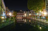 Historische Fachwerkhäuser im Gerberviertel im Stadtteil La Petite France in Straßburg bei Nacht, El