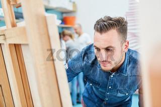Maler lernt im Atelier einer Kunsthochschule
