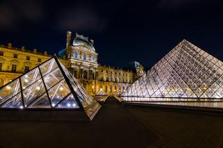 Palais du Louvre bei Nacht, Paris, Frankreich