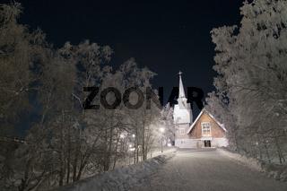 beleuchtete Holzkirche in Karesuando, Lappland