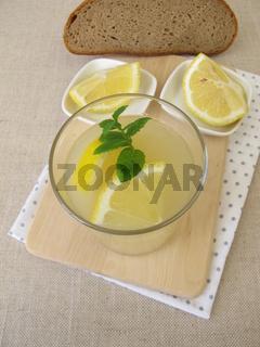 Kwas, selbst gemachtes Brotbier mit Zitrone und Minze