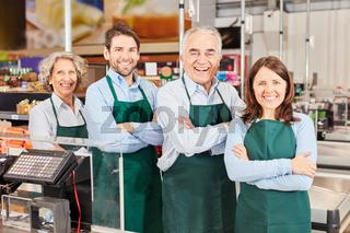 Verkäufer Team an der Kasse im Supermarkt
