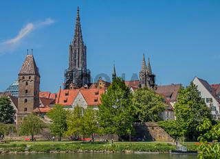 Ulm an der Donau mit Stadtmauer, Münster und Metzgerturm