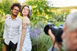 Fotograf macht Fotos vom glücklichen Brautpaar