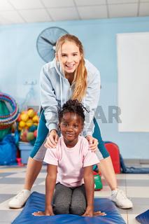 Fröhliche Sportlehrerin und ein Mädchen