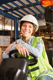 Junge Logistik Frau auf dem Gabelstapler