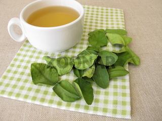 Tee mit getrockneten Kaffirlimettenblätter