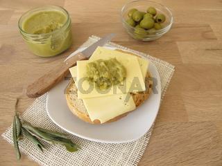 Brot mit Käse und grüner Olivenmarmelade