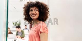 Junge lachende Frau in Co-Working Space