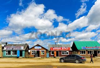 Teehäuser und Fastfood-Restaurants an der Hauptstrasse bei Ulaanshiveet, Mongolei