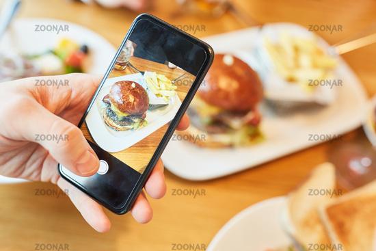Hamburger Teller wird mit Smartphone fotografiert