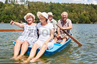 Senioren Gruppe macht Ausflug im Ruderboot