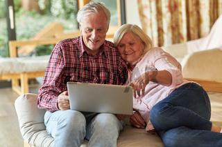 Senioren am Laptop Computer beim surfen im Web