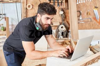 Programmierer am Laptop Computer online