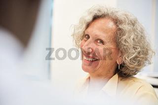 Glückliche Seniorin als kompetente Geschäftsführerin