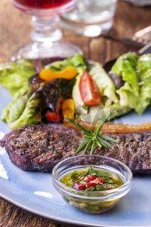 gegrilltes Steak mit Salat
