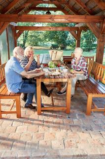 Drei Senioren frühstücken zusammen