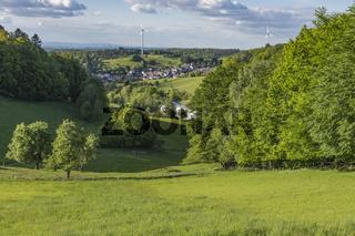 Landschaft in saftigem Grün im Odenwald. Ober-Beerbach, Hessen, Deutschland
