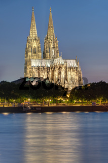 Der beleuchtete Kölner Dom und der Rhein