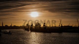 Sonnenaufgang im Hafen von Hamburg