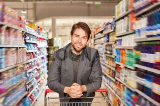 Zufriedener Mann als Kunde im Supermarkt