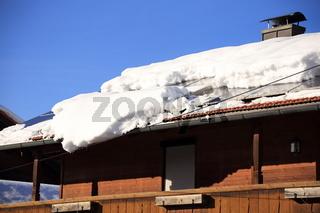 grosse Schneelawine auf dem Dach
