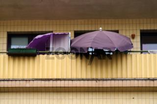 Balkon mit Sonnenschirm