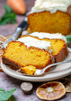Slices of spicy cake with cottage cheese cream.