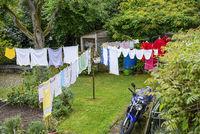 Wäsche hängt zum Trocknen im Garten