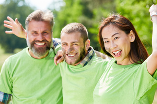 Glückliche junge Leute in grünen Shirts