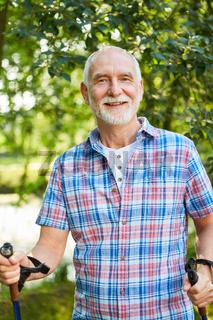 Vitaler Senior Mann beim Nordic Walking