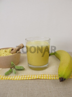 Gelber, veganer Shake mit Lupinenmehl und Banana, Lupinenshake