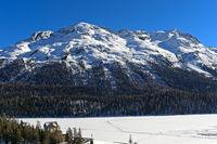 St. Moritzersee mit Bergmassiv Piz Rosatsch im Winter, St. Moritz, Engadin, Graubünden, Schweiz