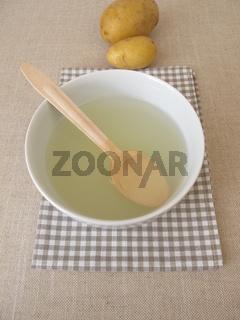 Kloßbrühe, trübes Kochwasser von Kartoffel Klößen