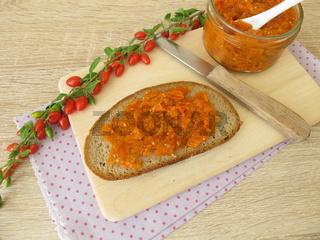 Gojibeerenmarmelade auf einer Brotscheibe zum Frühstück