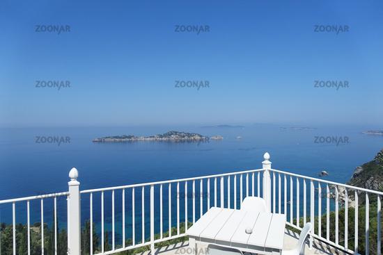 Blick von einer Restaurantterasse in Afionas Richtung Dracheninsel, Korfu, Griechenland