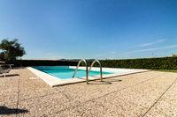 Leerer Pool an einem Sommertag