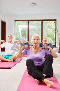 Senioren machen Übung in der Physiotherapie