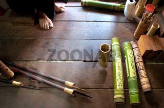 Herstellung von verzierten Köchern aus Bambus für Blasrohrpfeile auf Borneo