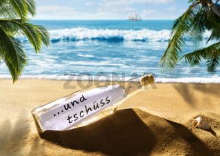 Flaschenpost mit der Nachricht und tschüss am Strand