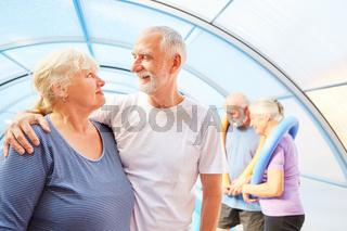 Verliebtes Senioren Paar bei der Aquafitness