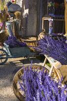 Typische Dekoration mit Lavendel und Handwagen