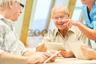 Senioren haben Spaß mit Internet und  Social Media