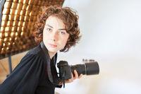 Professionelle Fotografin mit Spiegelreflexkamera