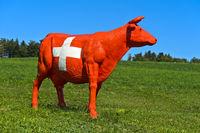 CowParade Kuh bemalt im Stil der Schweizerfahne mit Schweizerkreuz, Schweiz