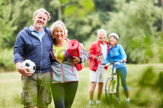 Senioren Paar und sportliche Freunde