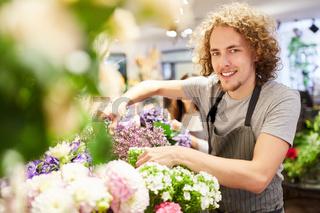 Florist mit Auswahl an Blumen im Blumenladen