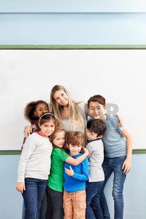 Gruppe multikultureller Kinder als Freunde
